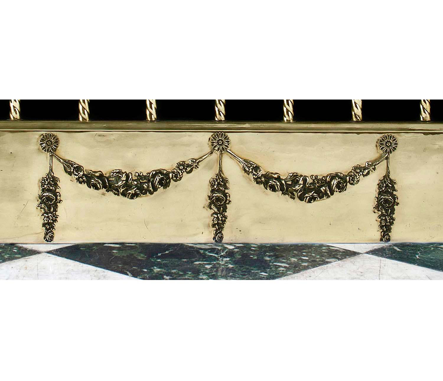 A smart brass Antique Edwardian Fireplace Fender