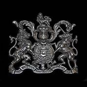 11209: A CAST IRON ROYAL COAT OF ARMS OF THE UNITED KINGDOM, featuring the Lion of England and the Unicorn of Scotland, the Thistle, Shamrock and the Rose. English, 19th century.